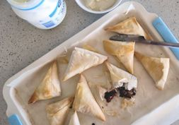 Low fat, chocolate, chia and apple pie samosas